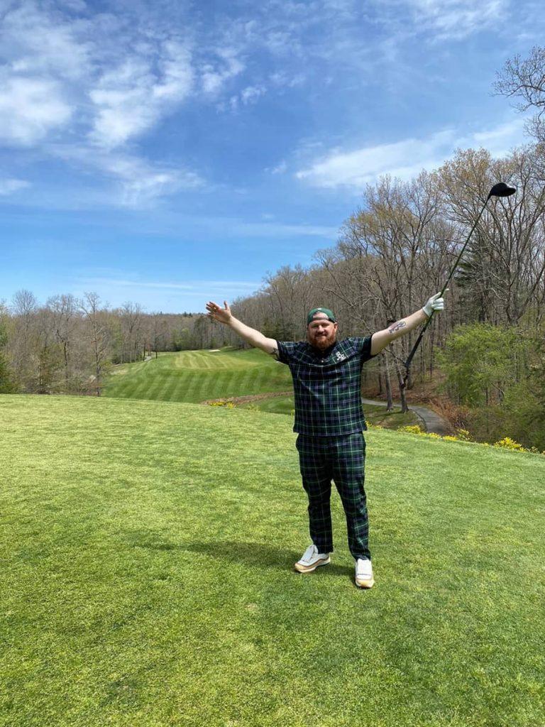 Andrew heureux d'être sur un terrain de golf
